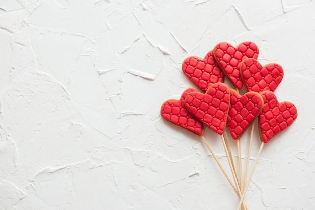 Ensemble de coeurs à carreaux rouges sur fond blanc, espace copie