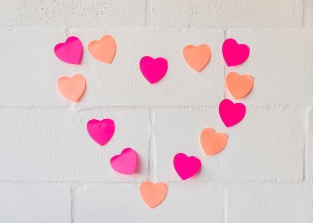 Ensemble de coeurs de papier sur le mur