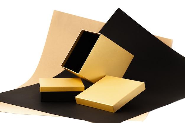 Un ensemble de coffrets cadeaux minimalistes grande boîte brillante dorée ouverte