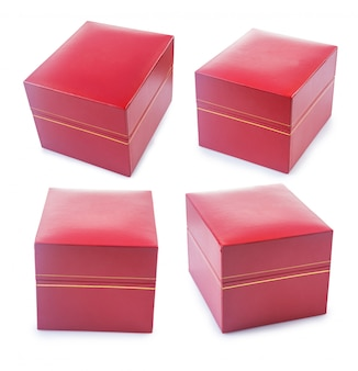 Ensemble de coffrets cadeaux recouverts de cuir texturé doux rouge isolé sur blanc