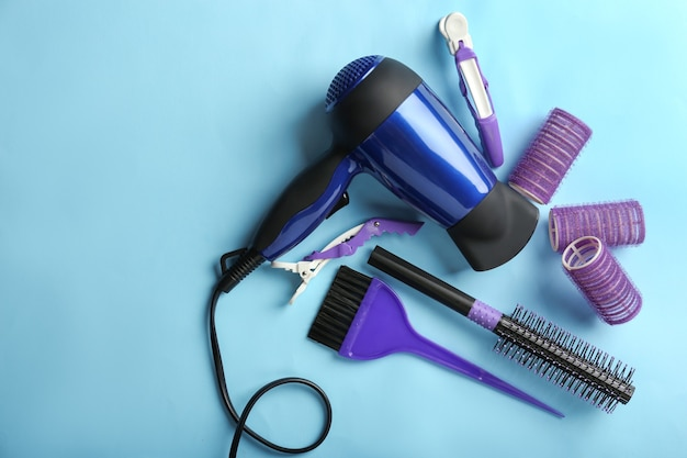 Ensemble de coiffeur professionnel sur fond de couleur