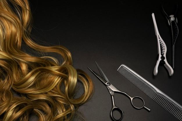 Ensemble de coiffure sur fond sombre