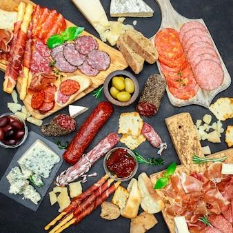 Ensemble de collations apéritif à la viande italienne. salami, prosciutto, pain, olives, câpres