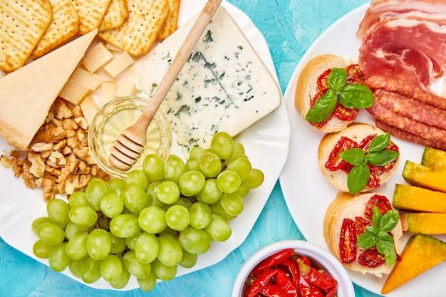 Ensemble de collations au vin antipasti italien. plateau de restauration antipasto