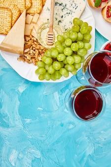 Ensemble de collations au vin d'antipasti italien. plateau traiteur antipasto