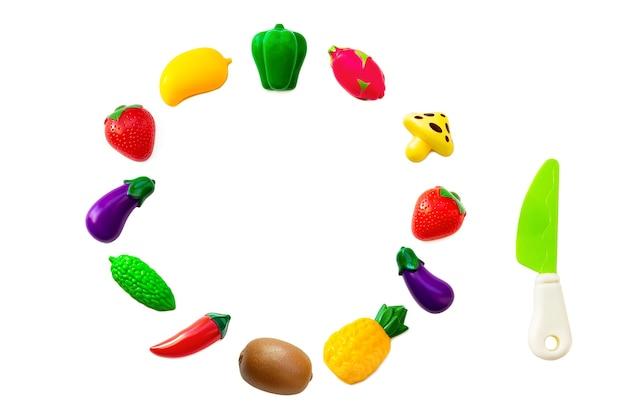 Ensemble de collection de fruits et légumes en plastique jouet isolé sur fond blanc. fruits en plastique pour le jeu. jouer au magasin pour enfants.