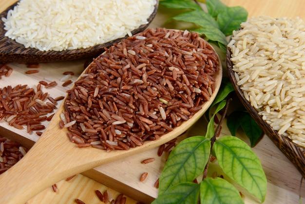 Ensemble de collection de riz sur bois.