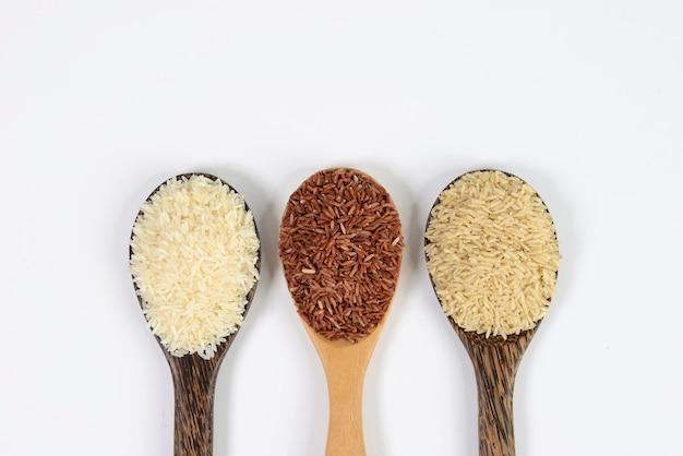 Ensemble de collection de riz à la louche sur la texture du bois
