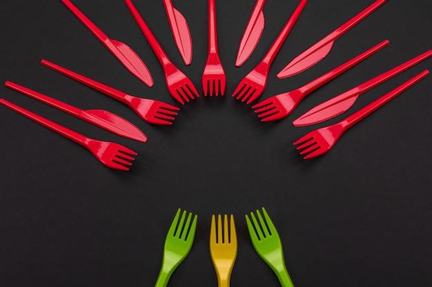 Ensemble coloré de fourchettes et couteau vibrants sur fond noir