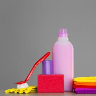 Ensemble coloré d'outils pour nettoyer la maison