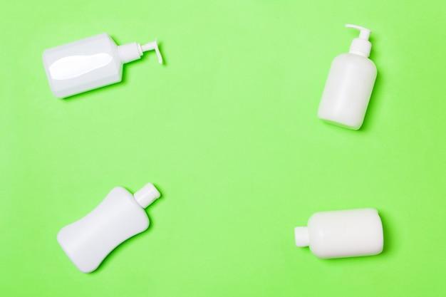 Ensemble de contenants de cosmétiques blancs sur vert