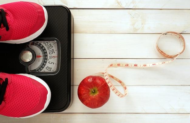 Ensemble de contrôle du poids avec chaussure de sport et fruits