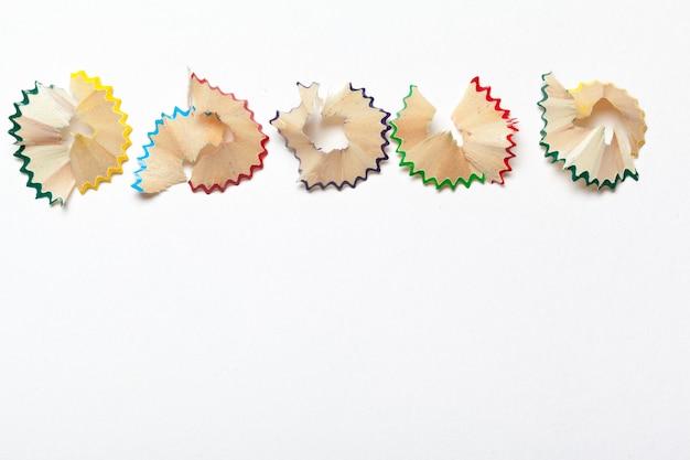 Ensemble de copeaux de crayons, isolé sur blanc