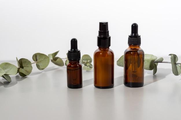 Ensemble de cosmétiques biologiques naturels à l'huile essentielle d'eucalyptus. concept de médecine alternative, maquette pour les marques de cosmétiques respectueux de l'environnement