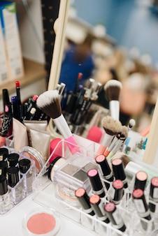 Un ensemble de cosmétiques dans un salon de beauté