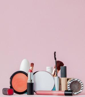 Ensemble de cosmétiques décoratifs professionnels, outils de maquillage et accessoire sur rose avec espace de copie pour votre texte. concept de beauté et de mode, espace copie