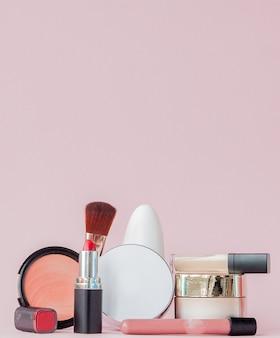 Ensemble de cosmétiques décoratifs professionnels, outils de maquillage et accessoires sur rose