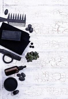 Ensemble de cosmétiques de désintoxication au charbon noir. concept de soins de la peau