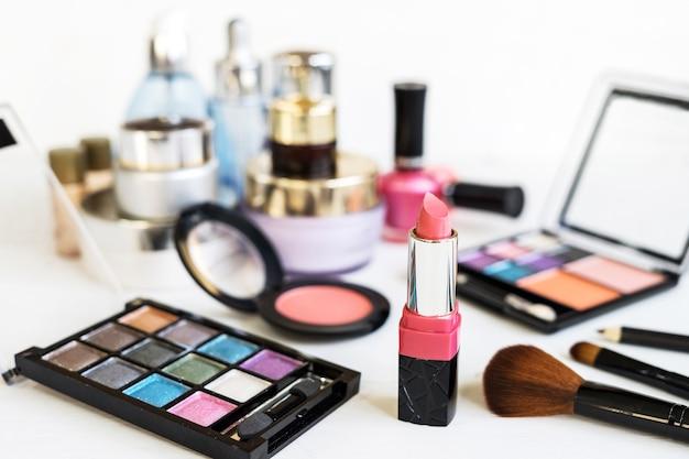 Ensemble de cosmétiques de maquillage et d'articles de beauté essentiels