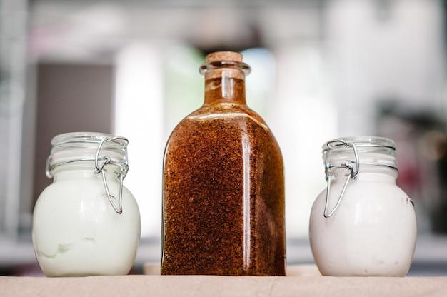 Un ensemble de cosmétiques naturels de soins du corps dans un emballage cadeau: crème, shampoing en pot