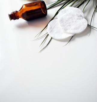 Ensemble de cosmétiques pour les soins de la peau et du corps des femmes, sel de mer sur marbre gris
