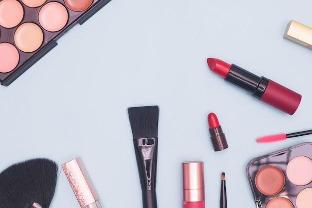 Ensemble de cosmétiques professionnels, outils de maquillage et accessoires