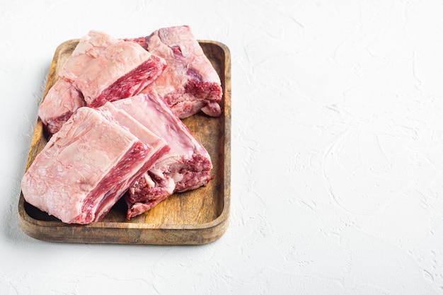 Ensemble de côtes de viande crue, sur pierre blanche