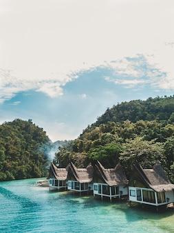 Ensemble de cottages sur l'océan sous le ciel bleu