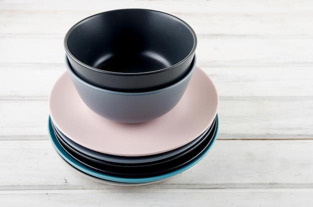 Ensemble de couleur pastel vaisselle propre sur fond de bois