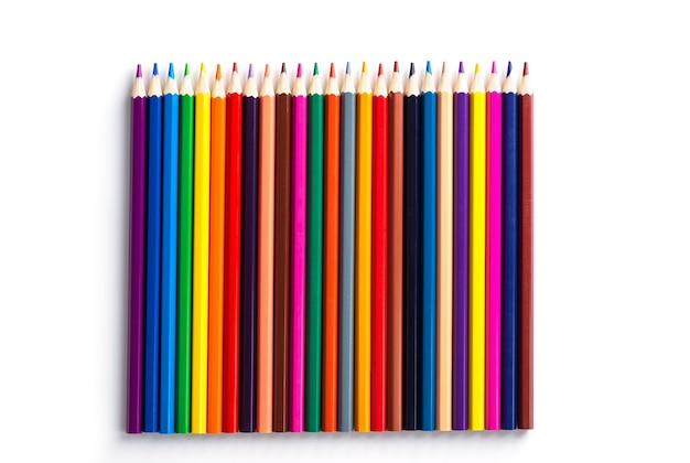 Un ensemble de crayons de couleur d'affilée sur fond blanc