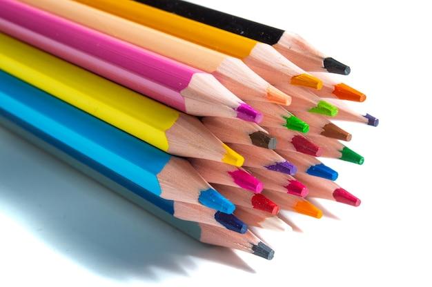 Ensemble de crayons de couleur sur blanc