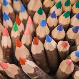 Ensemble de crayons de couleur dans une boîte en bois