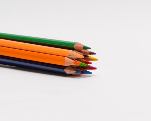 Ensemble de crayons de couleur sur fond blanc, isolé. retour à l'école