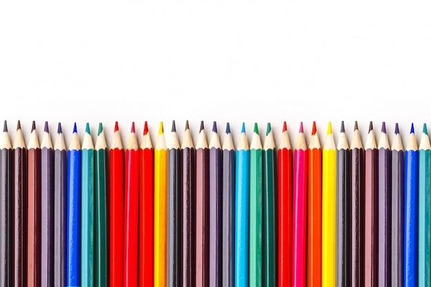 Ensemble de crayons de couleur sur fond blanc. isolé.