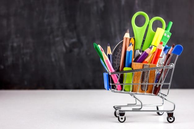 Ensemble de crayons de couleur et de marqueurs pour l'école.