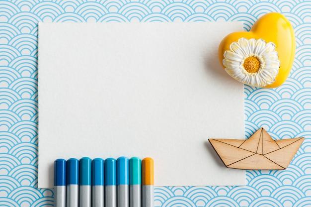 Ensemble de crayons de couleur turquoise, bloc-notes vide blanc