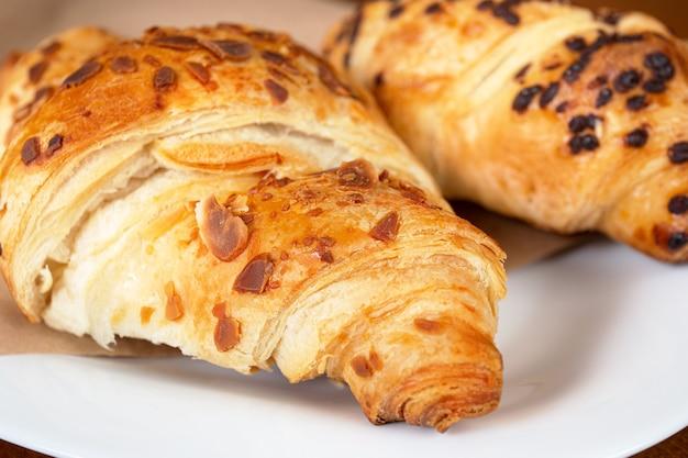 Ensemble de croissants frais sur table en bois. croissant français.