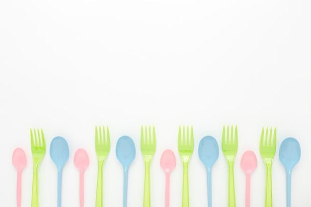 Ensemble cuillère et fourchette en plastique copy-space