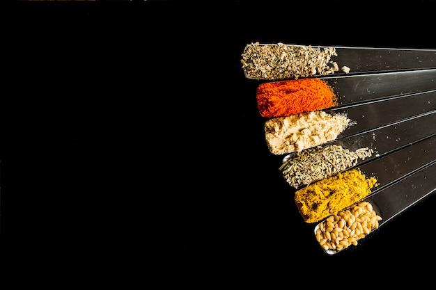 Ensemble de cuillères en métal avec des épices