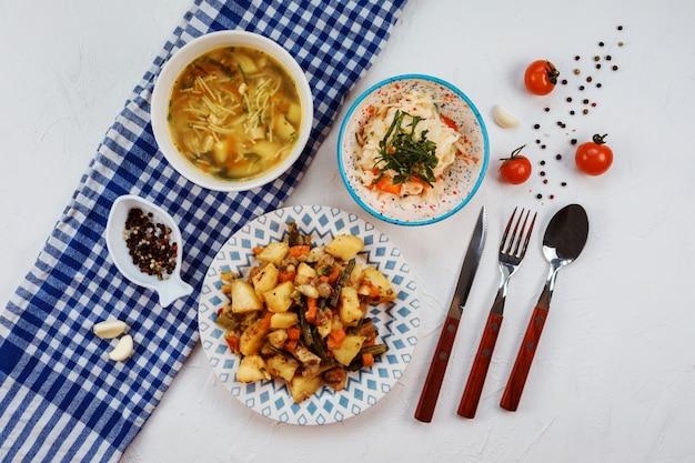 Ensemble déjeuner composé de trois plats sur tableau blanc.