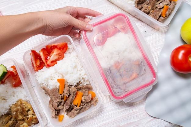 Ensemble de déjeuner dans des boîtes en plastique