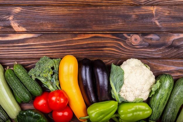 Un ensemble de délicieuses variétés de légumes crus ozf