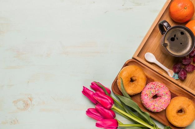 Ensemble de délicieux petit déjeuner avec des fleurs