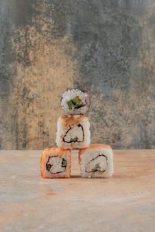 Ensemble de délicieux sushi roll sur marbre.