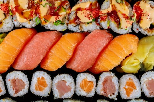Ensemble de délicieux sushis frais sur un plateau noir. nourriture japonaise. vue de dessus.