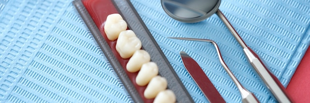 Ensemble dentaire et instruments dentaires se trouvent sur la table en gros plan