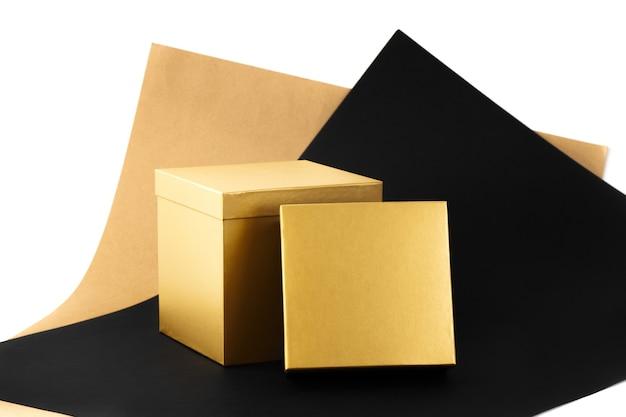 Ensemble de deux coffrets cadeaux minimaux grande boîte brillante dorée ouverte