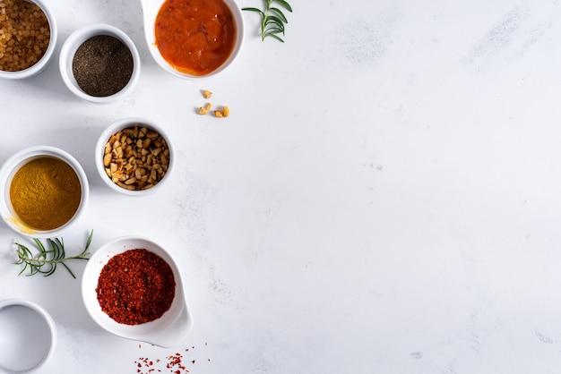 Ensemble de différentes épices pour sauces.