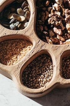 Ensemble de différentes graines et noix, aliments sains naturels pour la cuisine