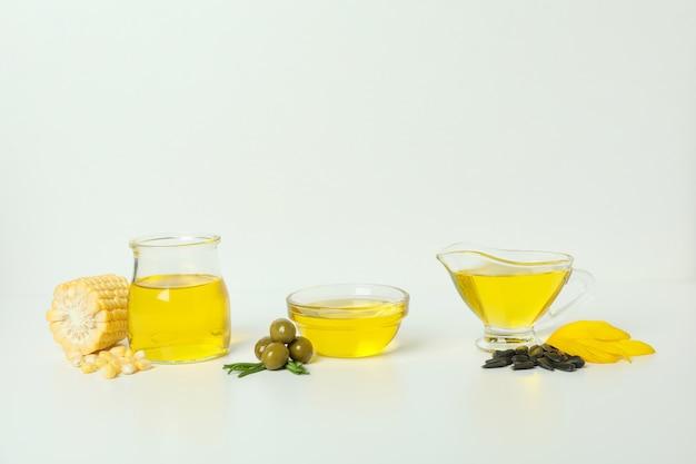 Ensemble de différentes huiles sur fond blanc